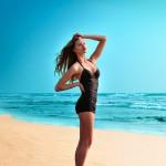 Девушка в черном купальнике Katharine Hamnett
