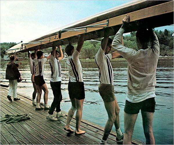 Студенты готовят для заплыва лодку