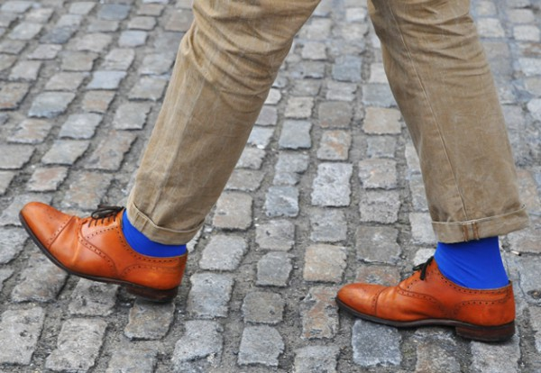 Коричневые оксфордские туфли, ярко-голубые носки