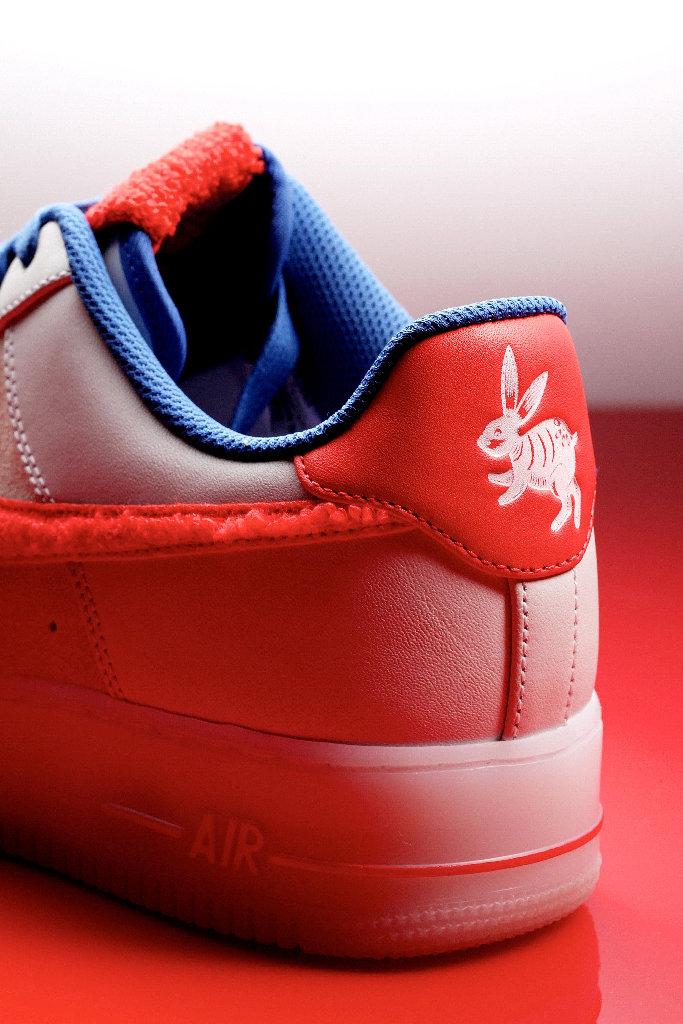 Белый кролик на красном заднике кроссовок Nike Air Force 1