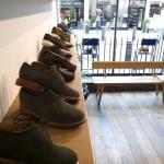 Обувь на полках в магазине Oliver Spencer