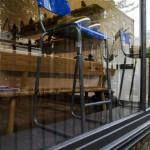 Мужские ботинки в витрине магазина Oliver Spencer