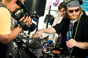 DJ за пультом