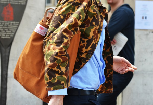 Мужчина в куртке камуфляжной расцветки