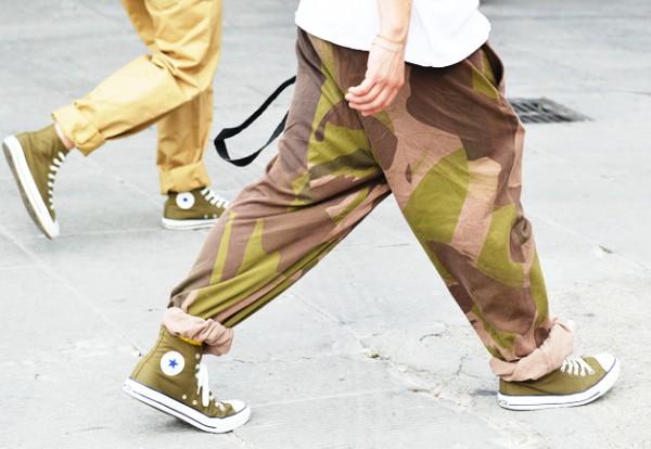 Мужчина в широких брюках камуфляжной расцветки с крупным рисунком