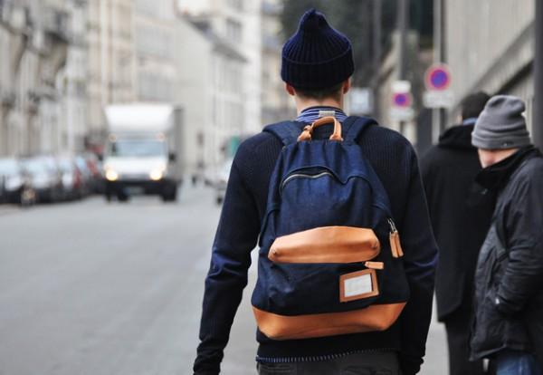 Мужчина с рюкзаком за спиной