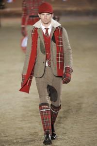 Мужчина в красной кепке, шарфе и перчатках с принтом тартан, Moncler Gamme Bleu