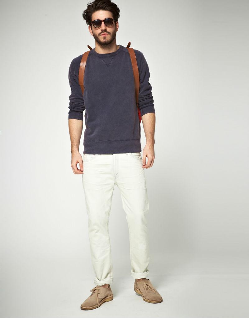 Мужчина в белых джинсах, дезертах, темно-сером свитшоте Levis Vintage
