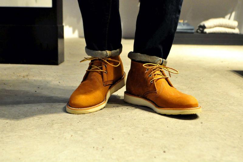 Мужчина в темно-синих подвернутых джинсах и ботинках chukka boots Red Wing из оранжевой замши