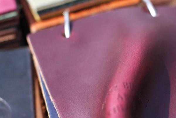 Образец кожи Horween бордового цвета