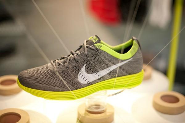 Спортивные кроссовки из легкого вязаного материала  Nike HTM Flyknit Trainer+ серо-зеленые