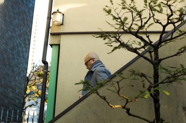 Еичиро Хома на лестнице штаб-квартиры nanamica в Японии