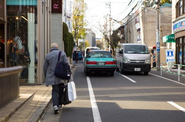 Еичиро Хома с сумкой nanamica