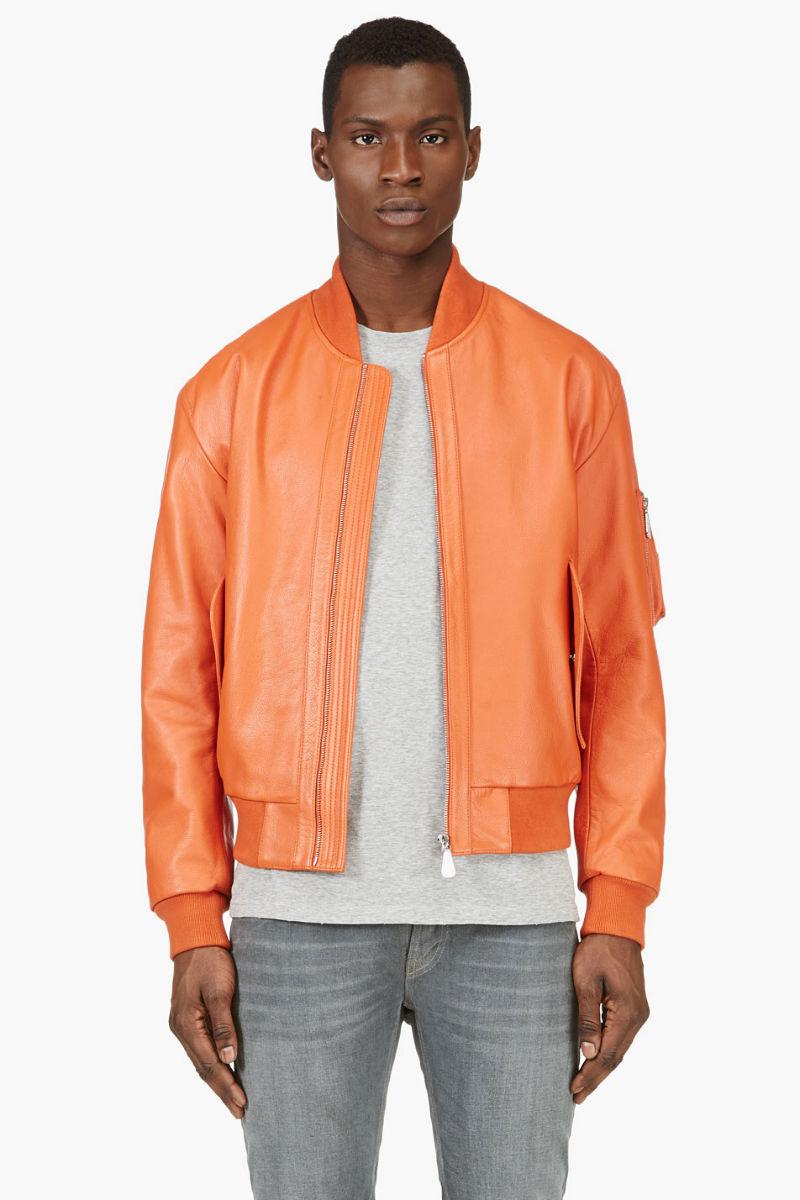 Мужчина в оранжевом кожаном бомбере, Mcq Alexander Mcqueen