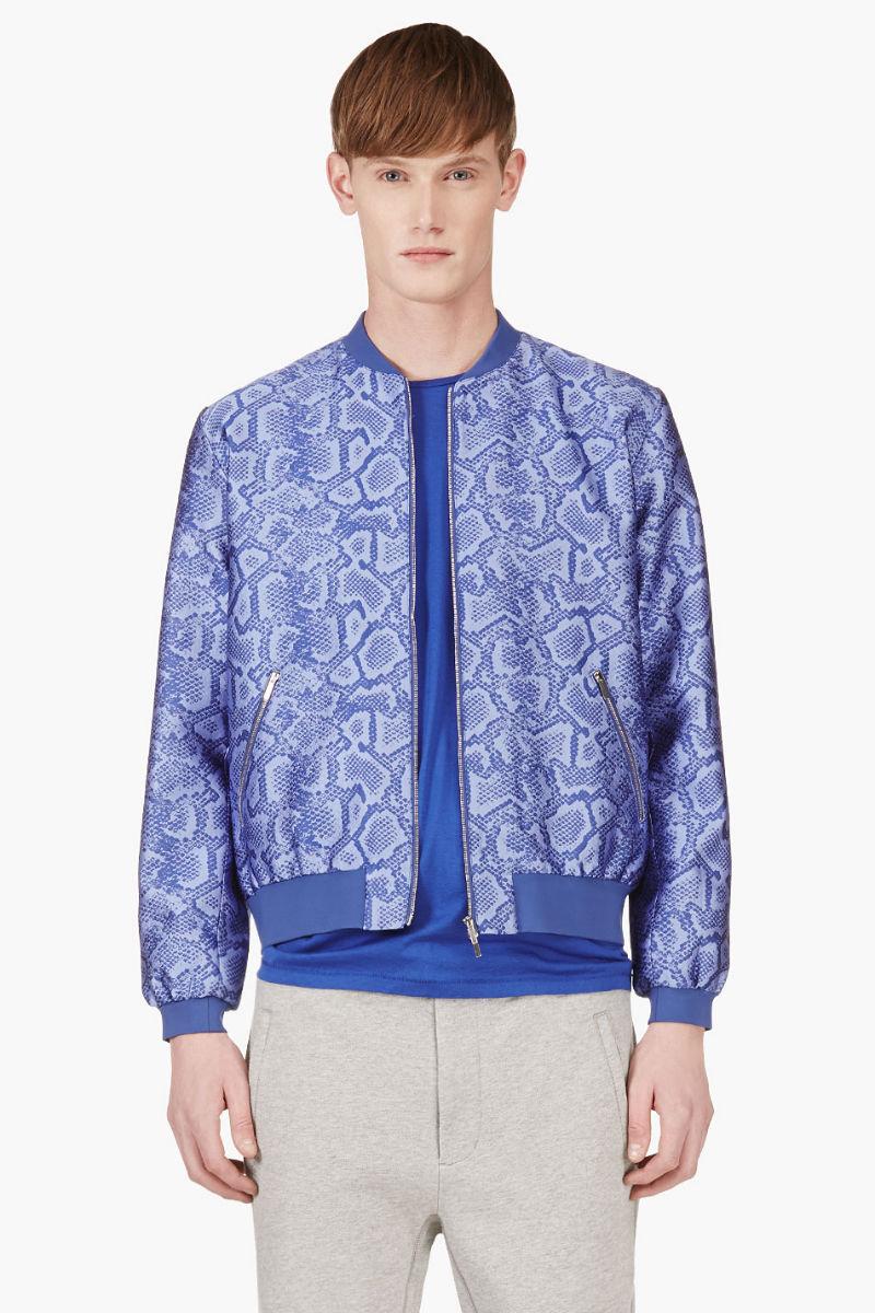 Мужчина в голубой куртке бомбер с жаккардовым принтом, имитирующим кожу питона, Richard Nicoll