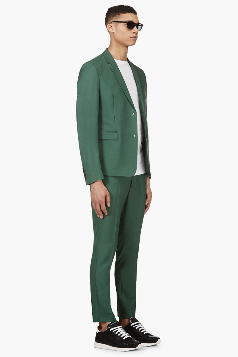 Мужчина в летнем лёгком зелёном блейзере и укороченных брюках slim-fit, чёрных кроссовках, всё Kris Van Assche