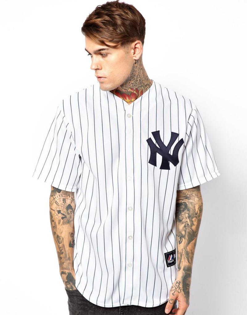 Мужчина в бейсбольной джерси NY Yankees, Majestic