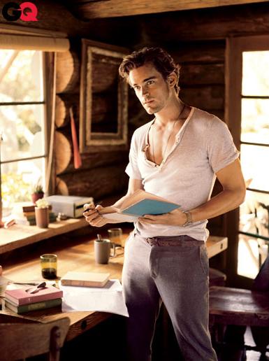 Мужчина в рубашке-хенли с коротким рукавом