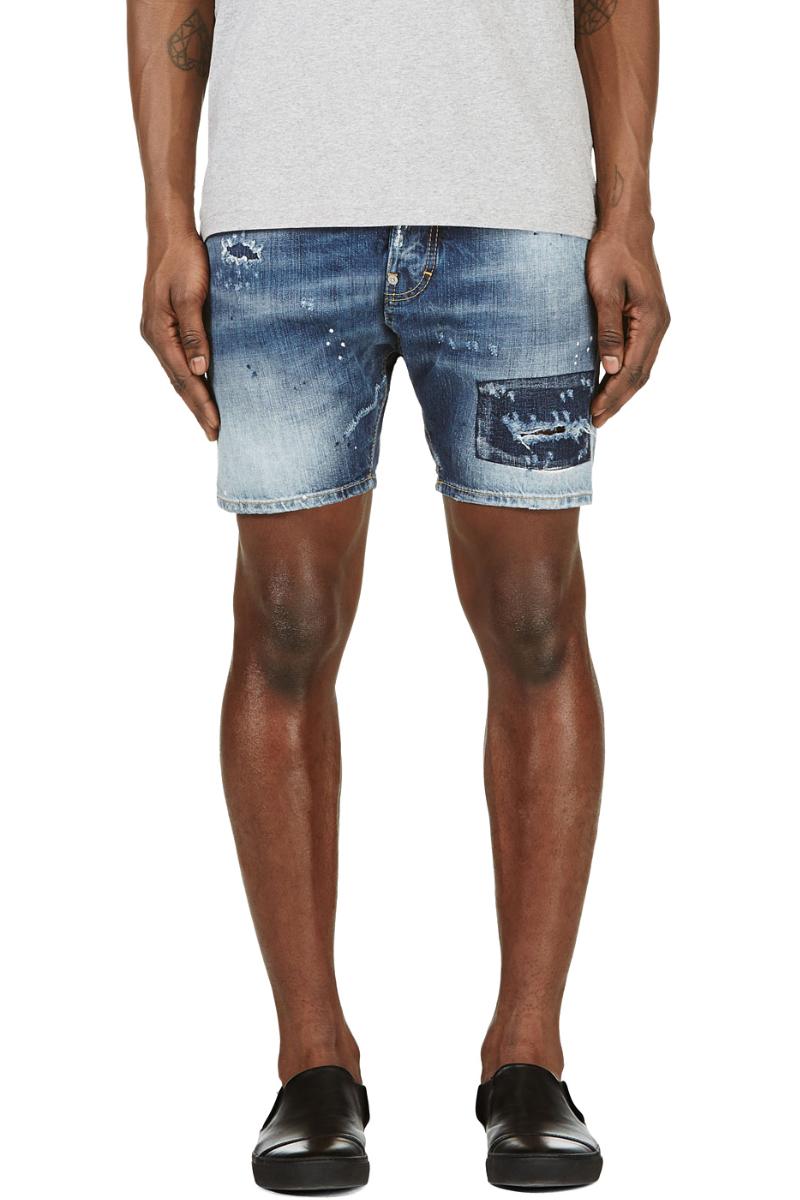 Мужчина в коротких джинсовых шортах из потёртого денима, Dsquared2