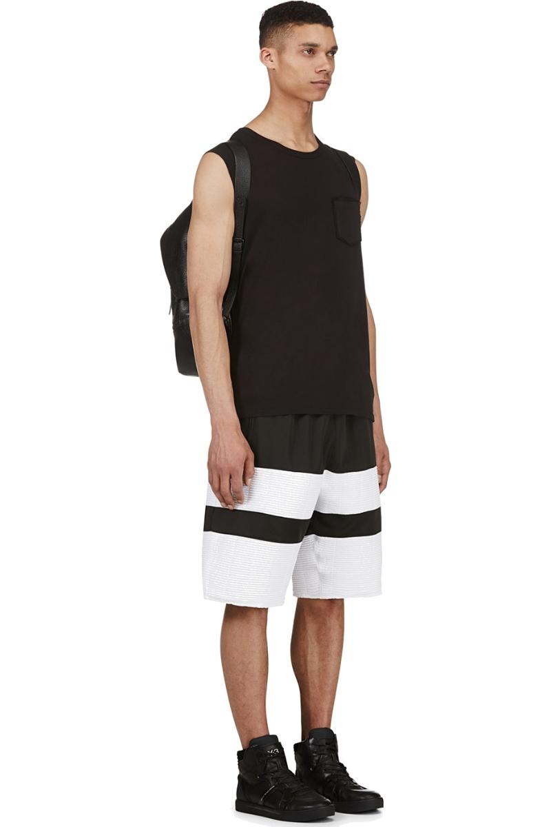 Мужчина в свободных спортивных чёрно-белых шортах, En Noir