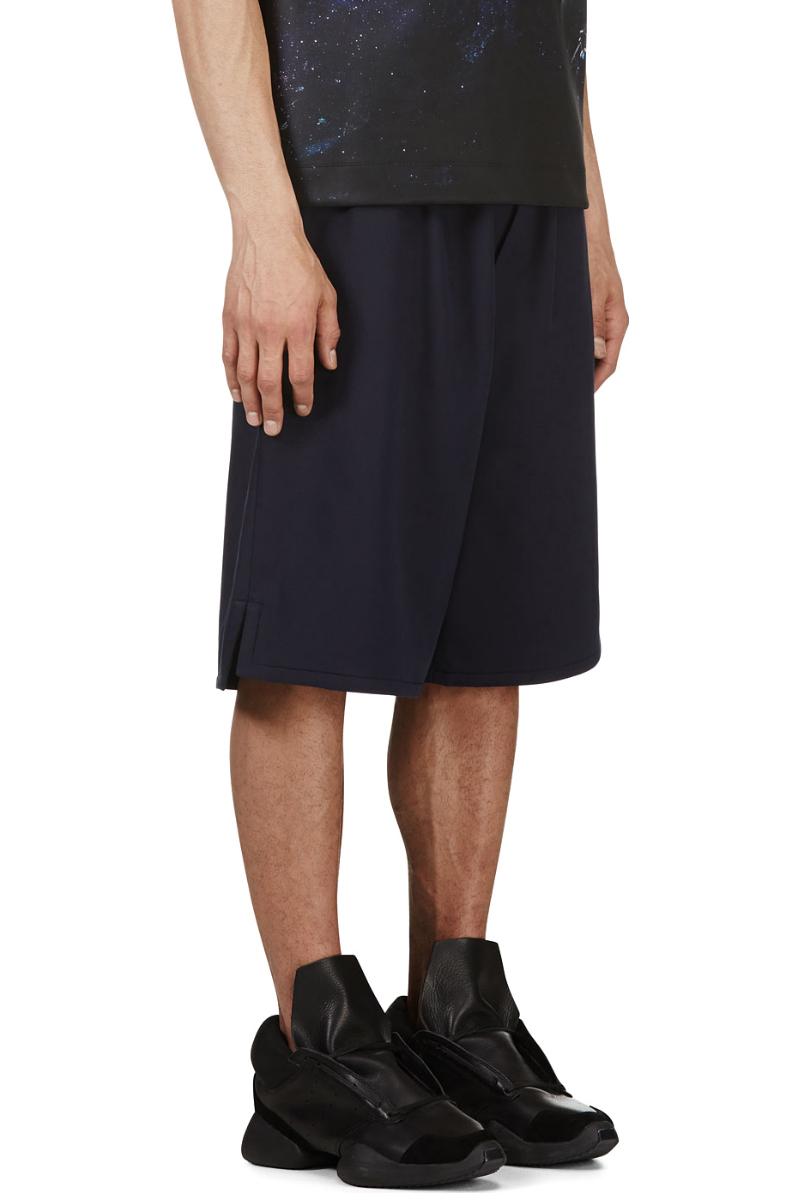 Мужчина в синих широких баскетбольных шортах, Juun.J