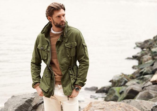 Мужчина в зелёной полевой куртке в стиле милитари