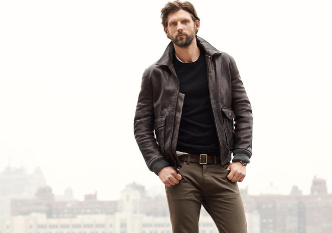 Мужчина в тёмно-коричневой кожаной куртке-бомбере