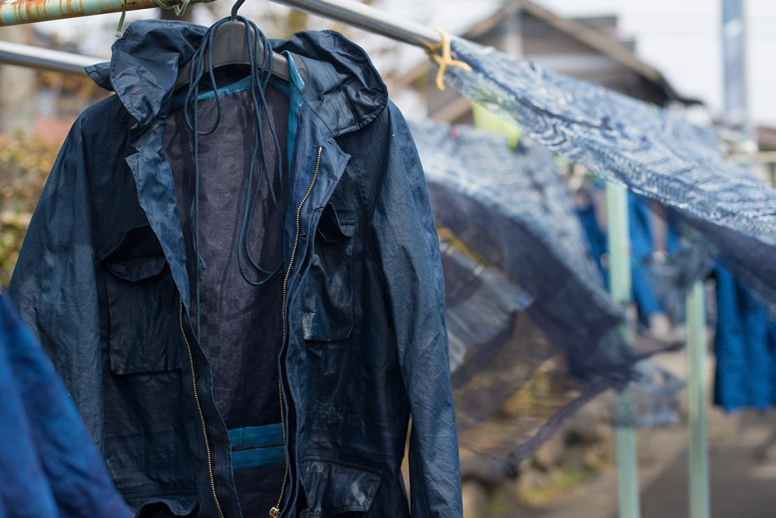 Сушка куртки visvim после окрашивания натуральным индиго