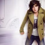 Джордж Крэйг в коротком двубортном пальто Burberry