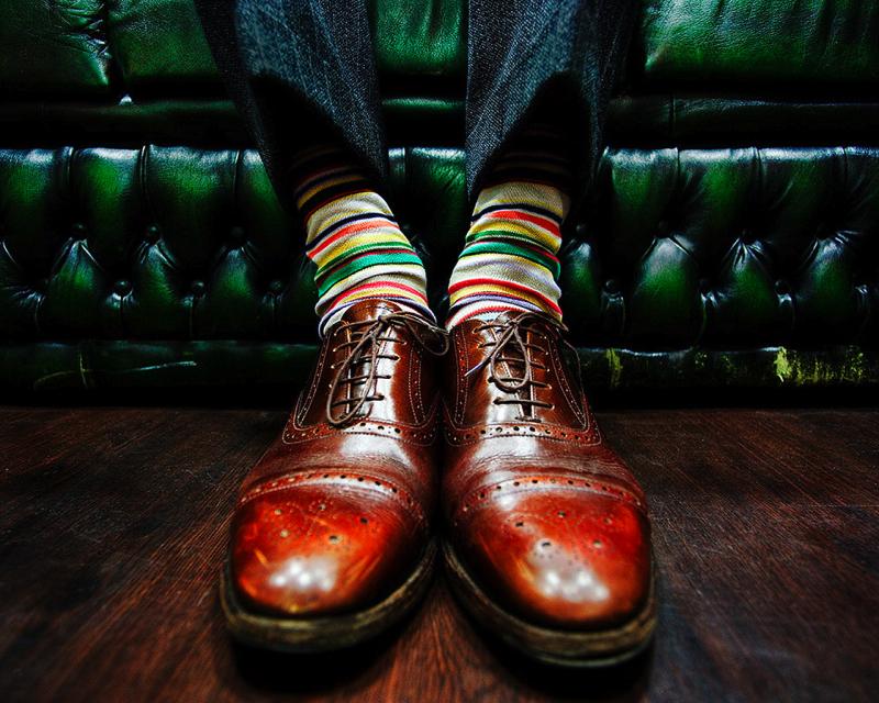 Коричневые оксфорды в сочетании с полосатыми разноцветными носками Paul Smith
