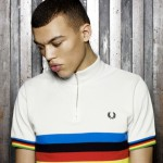 Юноша в белой велосипедной футболке Fred Perry