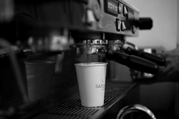 Кофемашина в магазине Saturdays Surf NYC, варящая кофе La Colombe