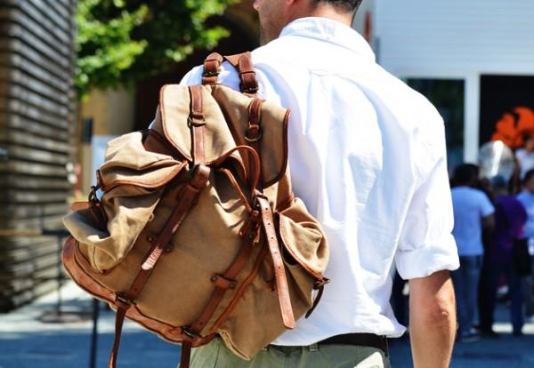 Мужчина с рюкзаком из канваса цвета хаки