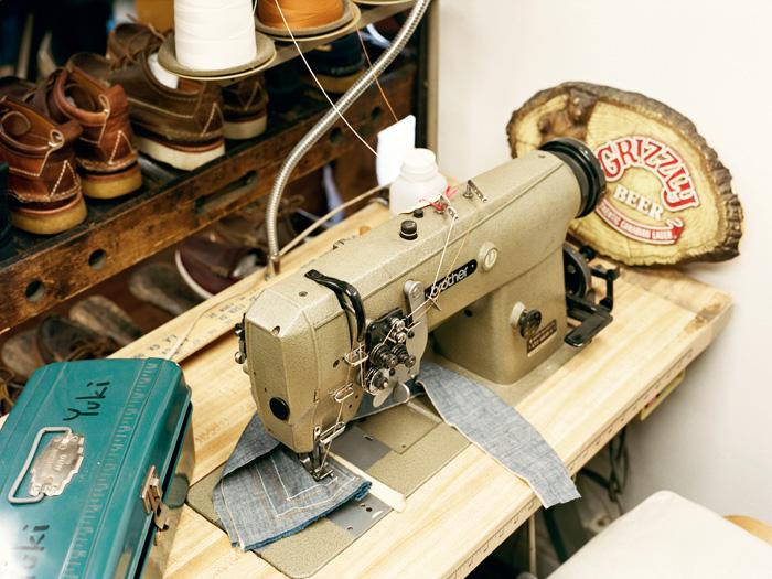Швейная машина, на которой отшивается обувь Yuketen
