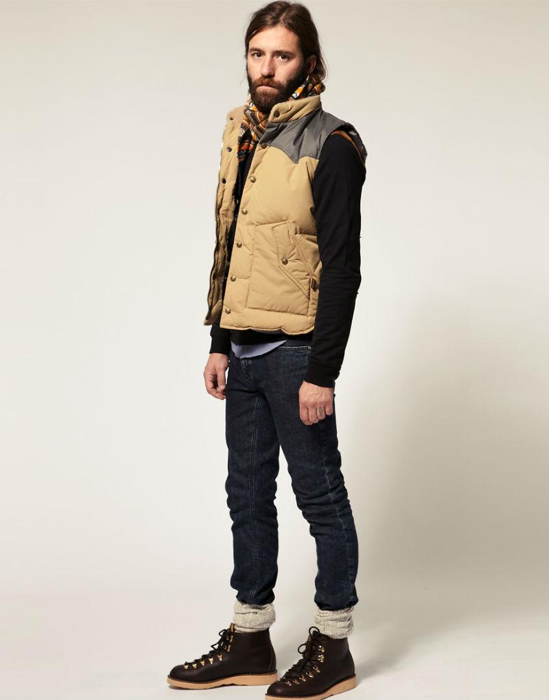 Мужчина в теплом жилете на пуху бежевого цвета с контрастными в ставками на плечах, Schott Mounty