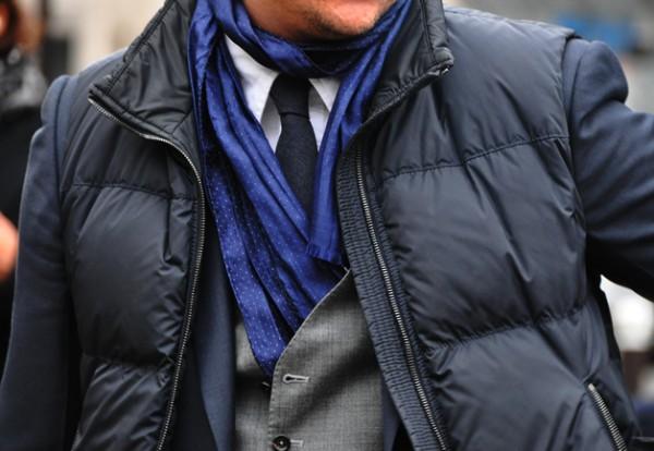 Черный жилет на пуху поверх костюма