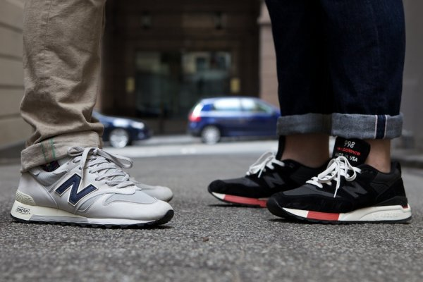 Подвёрнутые джинсы и брюки-чинос с кроссовками New Balance Made in the U.S.A.