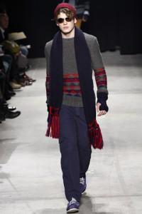 Мужчина в бордовой шапке, синем шарфе и синих перчатках без пальцев, Band of Outsiders