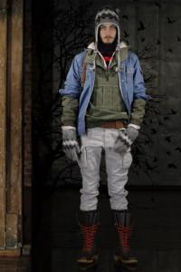 Мужчина в серой вязаной шапке-шлеме и теплых серых перчатках с узором, GANT by Michael Bastian