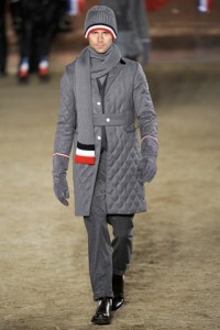 Мужчина в серой вязаной шапке, длинном сером шарфе и серых замшевых перчатках, Moncler Gamme Bleu