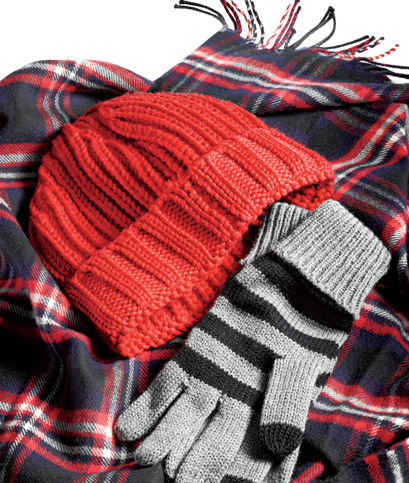 Вязаная красная шапка, перчатки, шерстяной шарф в клетку