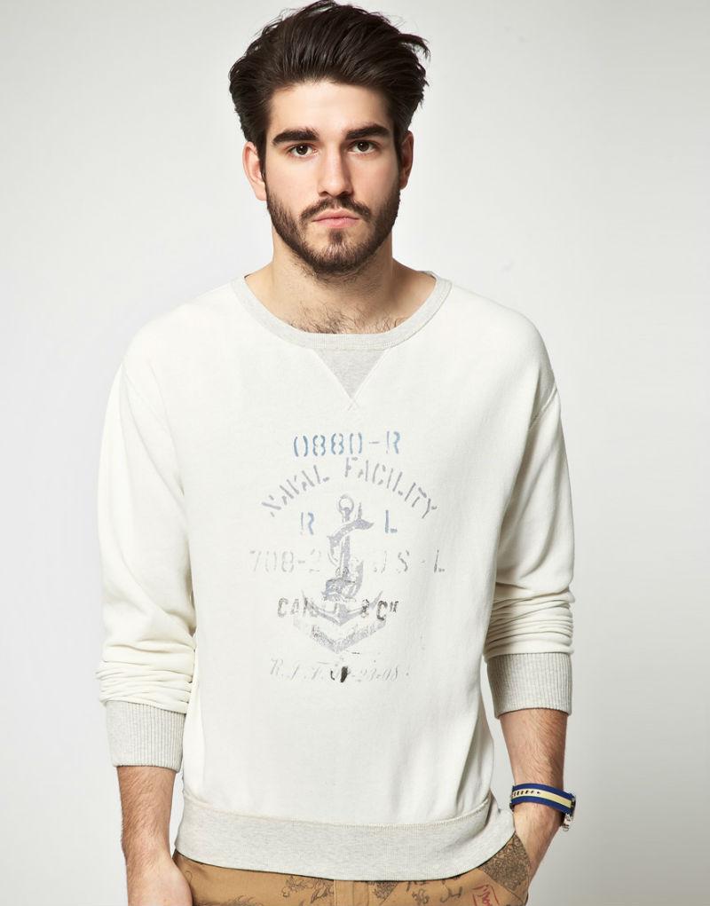 Мужчина в белом свитшоте с принтом в морском стиле, Polo Ralph Lauren
