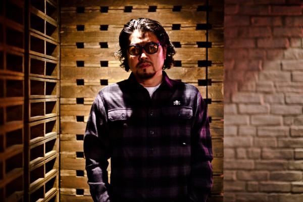 Синзуке Такидзава в клетчатой фланелевой рубашке NEIGHBORHOOD