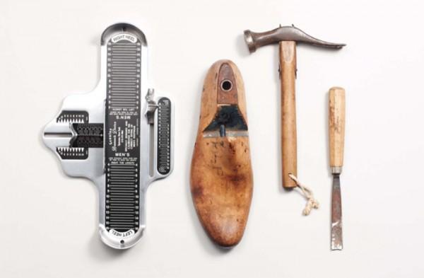 Деревянная обувная колодка, сапожный молоток, стамеска, измеритель стопы
