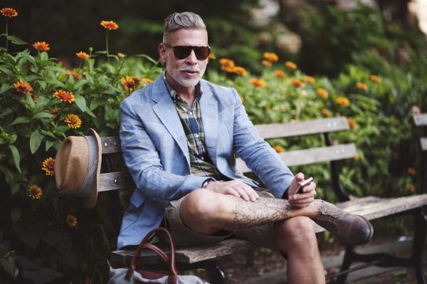 Ник Вустер в голубом блейзере, клетчатой рубашке, шортах и ботинках на босу ногу