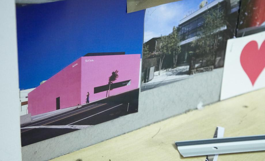 Фотография здания, выкрашенного в розовый цвет на стене кабинета Пола Смита