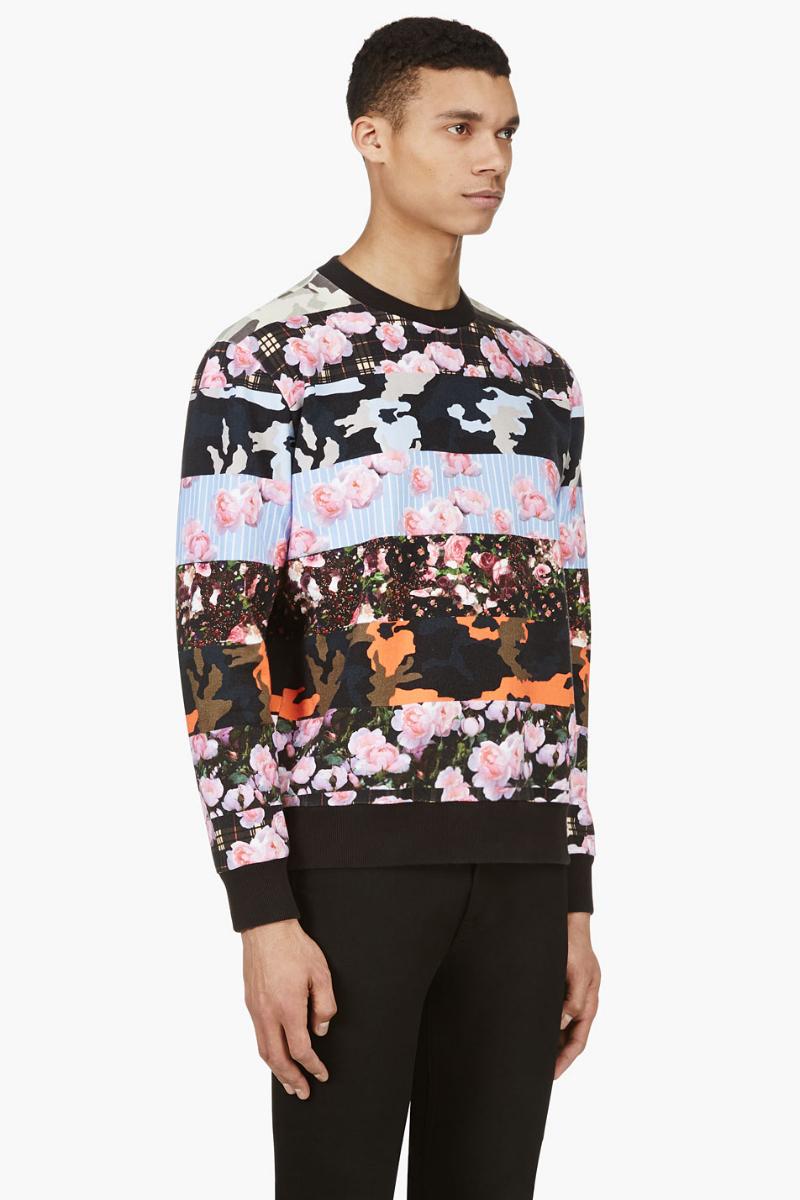 Мужчина в свитшоте с камуфляжным и цветочным принтами, Givenchy