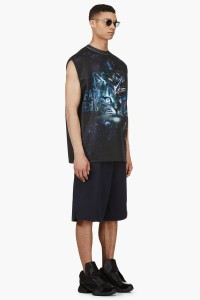 Мужчина в футболке без рукавов с принтом космический кот и широких баскетбольных шортах Juun.J, чёрных кроссовках Rick Owens