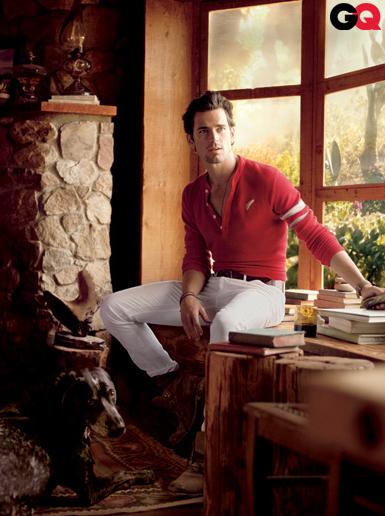 Мужчина в красной рубашке-хенли с длинным рукавом