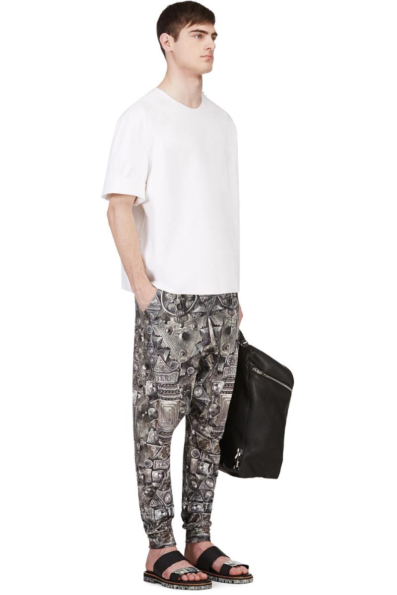 Мужчина в лёгких зауженных книзу штанах с геометрическим принтом, KTZ